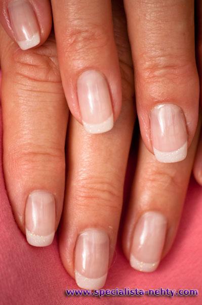 Gelové nehty francouzská manikúra